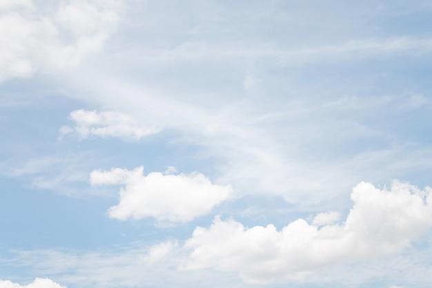Мягкий облачный фон, голубое небо с облаком
