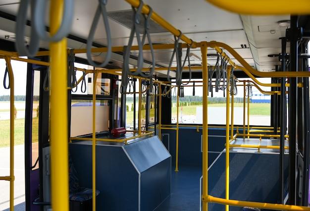 桟橋から飛行機に乗客を運ぶための特別なバス。