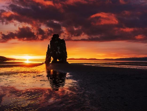 Захватывающая скала в море на северном побережье исландии.