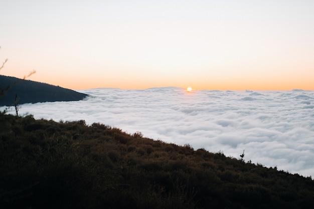 테네리페의 테이데 화산 국립공원의 구름 위의 장엄한 일몰. 카나리아 제도의 멋진 일몰
