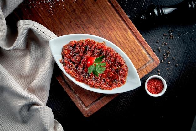 토마토, 피망, 파슬리, 민트, 올리브 오일, 핫 칠리로 만든 매콤한 터키 식 애피타이저 에즈 메. 일종의 adjika