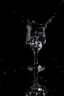 黒の背景に水と氷のスプラッシュ!!!
