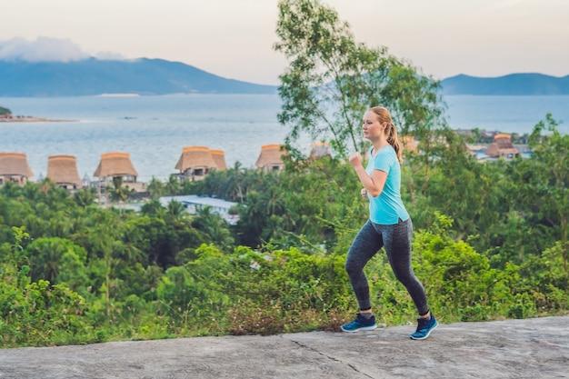 낚시를 좋아하는 젊은 여성이 바다를 향해 달리기에 종사하고 있습니다.