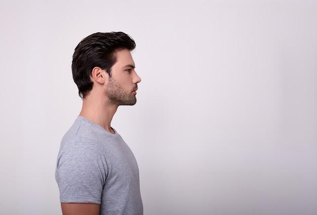 プロファイルのグレーのtシャツを着たスポーティな男。