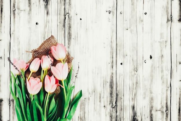 木の背景に春のチューリップ