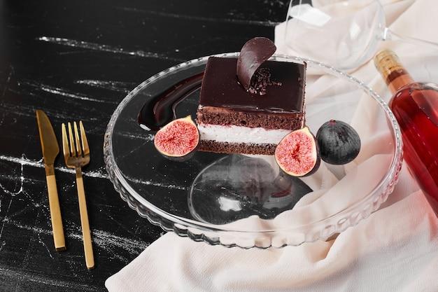 ガラス板上のチョコレートチーズケーキの正方形のスライス。