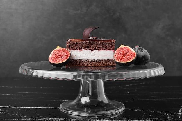 ガラススタンドにチョコレートチーズケーキの正方形のスライス