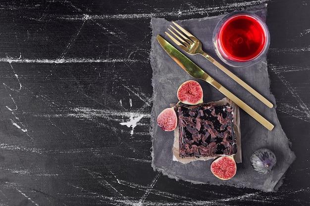 黒のチョコレートチーズケーキの正方形のスライス
