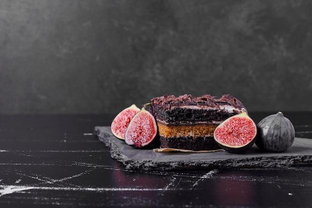 무화과와 초콜릿 치즈 케이크의 사각형 조각.