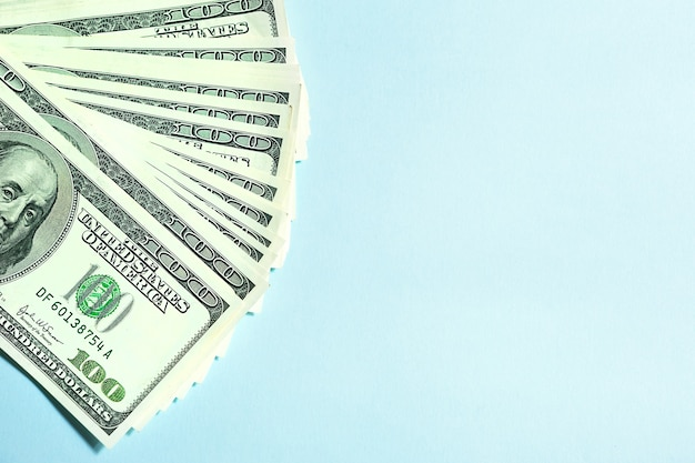 시안색 배경에 100달러 지폐 더미, 100달러. 개념 비즈니스, 금융, 투자, 현금 지불, 저축 및 부. 복사 공간