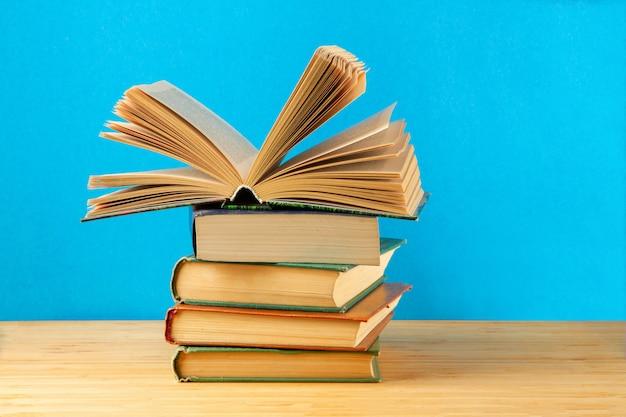 Стопка книг на столе.