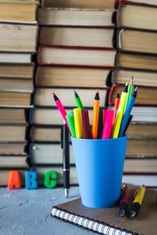 초등학교에서 책상에 책과 연필의 스택.
