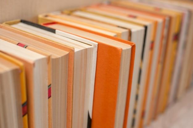 本の山が棚にあります