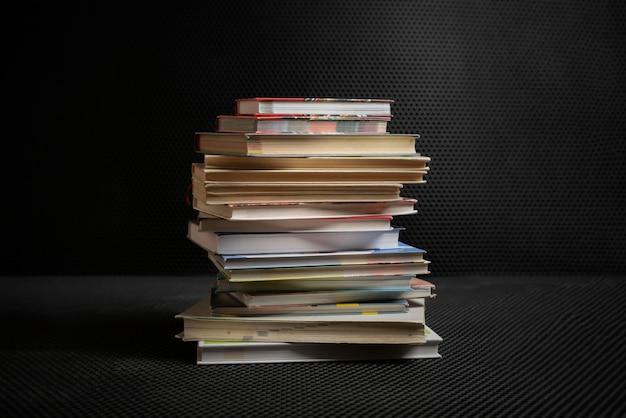 복사 공간 디자인, 학교에서 학습하는 지식 지혜로 고립 된 책의 스택