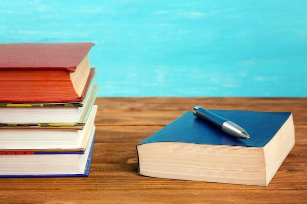 Стопка книг на деревянном столе.