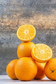 Стопка восхитительных апельсинов на перемешанном.