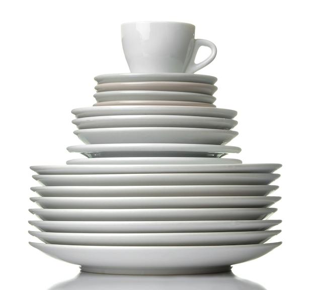 Стопка посуды. посуда. тарелки и чашка на белом фоне изолированных. крупный план.