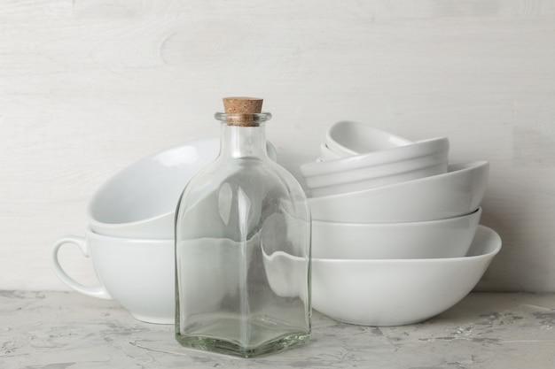 Стопка посуды. посуда на светлом фоне бетона. посуда для сервировки стола. миски и чашки