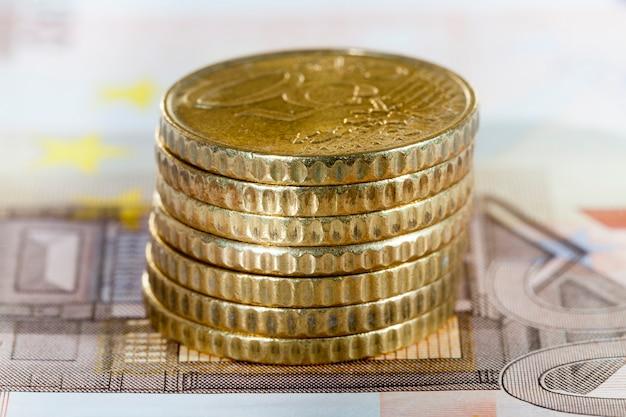 50 유로의 유럽 동전의 스택, 10 유로의 지폐, 현금의 근접 촬영에 누워