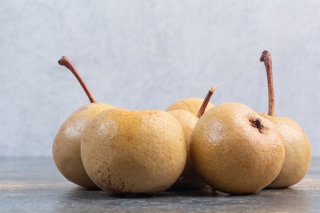 大理石の上に、発酵したリンゴのスタック。