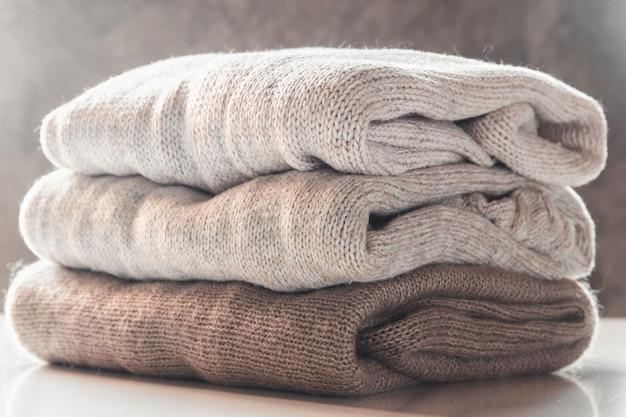 Пачка вязаных свитеров