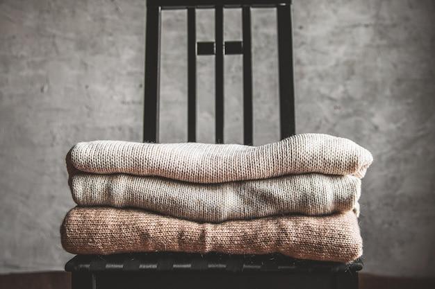 따뜻하고 아늑한 니트 스웨터 더미