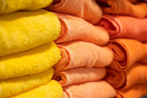 멀티 목욕 수건 클로즈업의 스택입니다. 건강 관리를 위한 스파 액세서리.