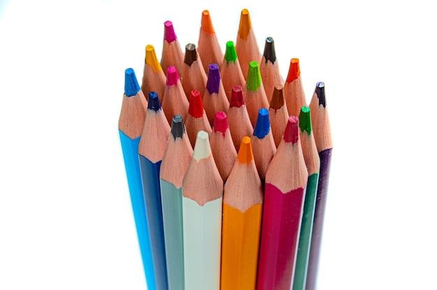 白い背景の上のマルチカラー鉛筆のスタック。