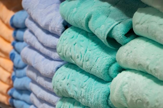 色とりどりのバスタオルのスタッククローズアップヘルスケア用スパアクセサリー