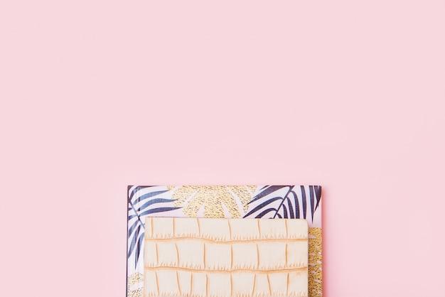 핑크에 노트북의 스택
