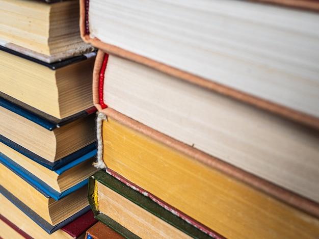 本市場での古い本のスタック。棚に積み上げられた本