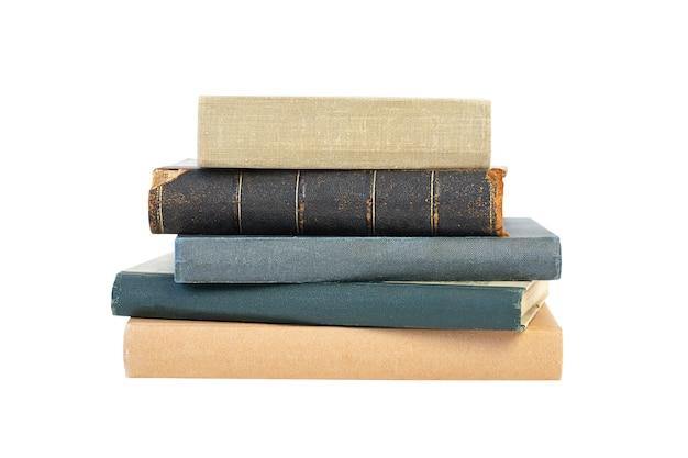 白い背景で隔離の古い本のスタック学校と教育の概念に戻る