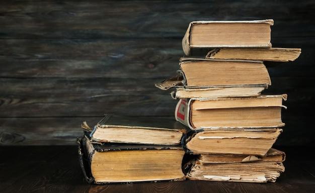 Стог старых книг на деревянной предпосылке. старинные книги.