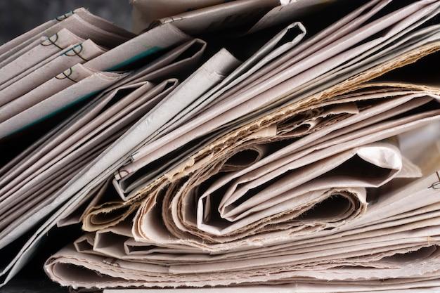 古い新聞の山