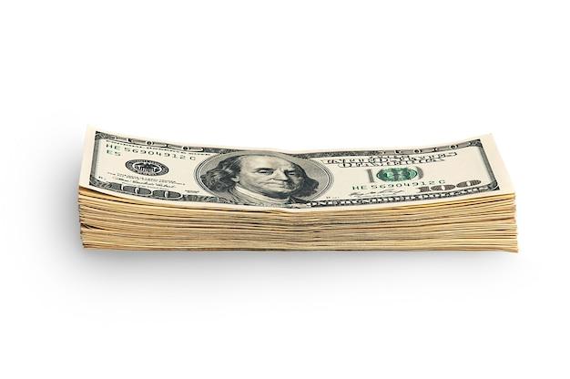 Стек упакованных долларов на белом фоне. сто американских долларовых купюр. куча долларов изолирована тенью. пачка долларов. место для логотипа, надписи, верстки, верстки.