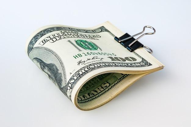 Стопка упакованных долларов на белом фоне