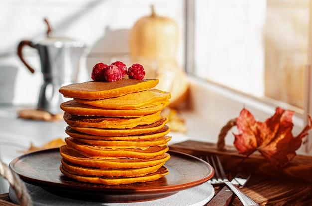 カボチャのパンケーキのスタック。健康的なベジタリアン料理。告解火曜日