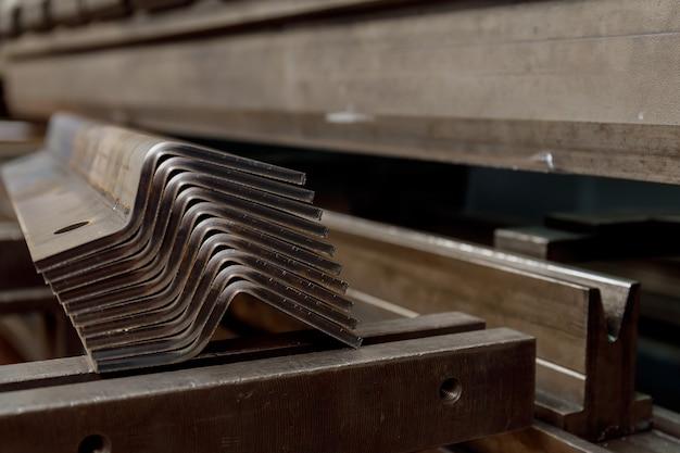 Пачка изделий из листового металла после обработки на гибочном станке.