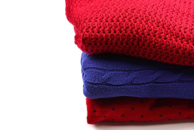 Стек свитеров, изолированные на белом фоне