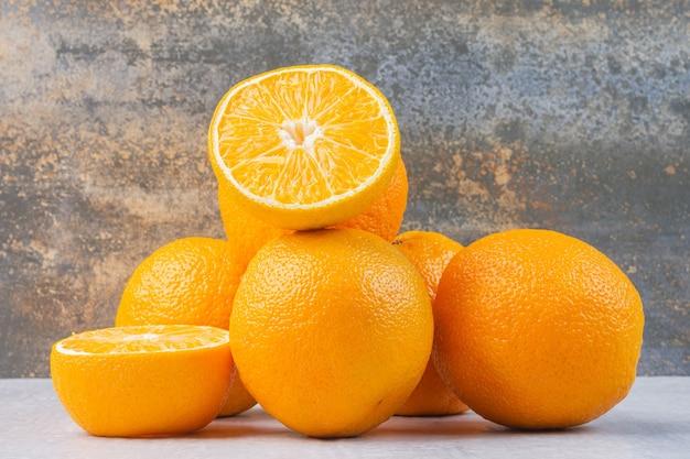 Стопка вкусных апельсинов на перемешанном.
