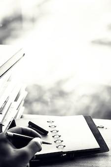 窓辺と調理器具の教科書の山