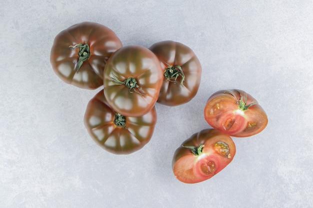 大理石の表面にトマトのスタック