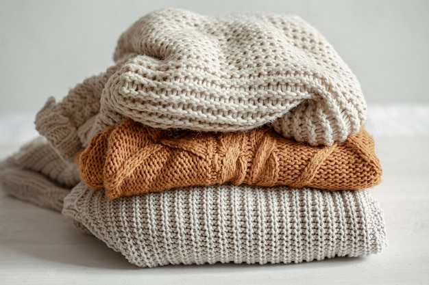 暖かいニットセーターのスタック。