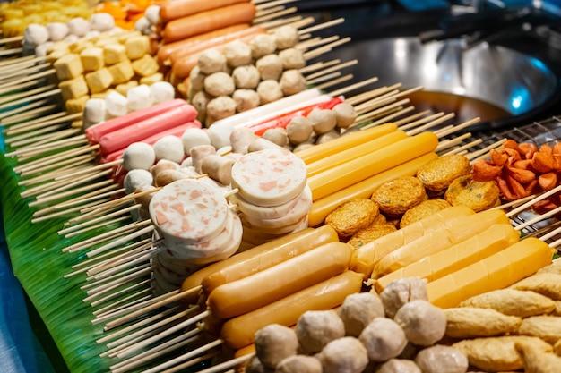 Прилавок с азиатскими шашлыками на рынке уличной еды в таиланде.