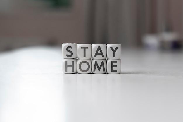 テキストのシンプルなコンセプトでサイコロキューブを検疫している間、家で安全に滞在