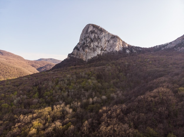 푸른 산과 울창한 숲 사이의 가파른 바위 능선 숨막히는 조감도