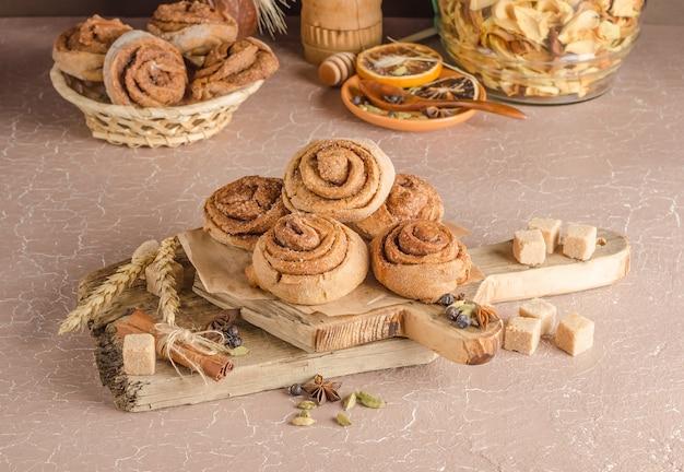 Пошаговый рецепт булочки из сладкой розы и корицы. шаг 14 - запеченные булочки с корицей, вид сбоку