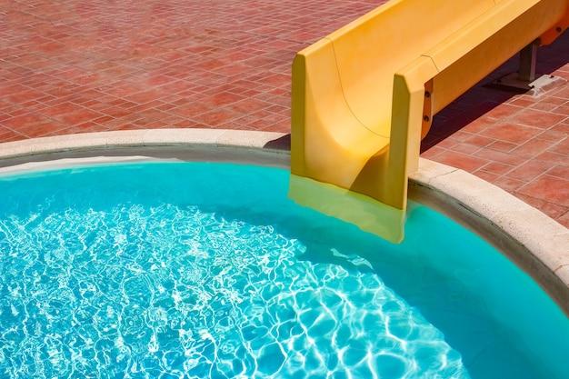 바다 자연 배경으로 수영장에서 슬라이드가있는 단계. 청록색 물 목욕용.