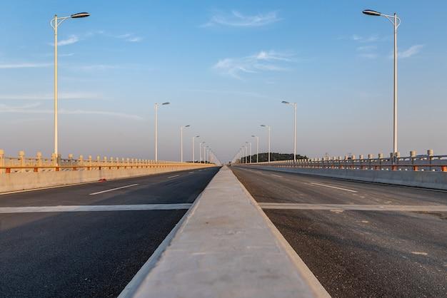 橋の上の距離に通じるまっすぐな道