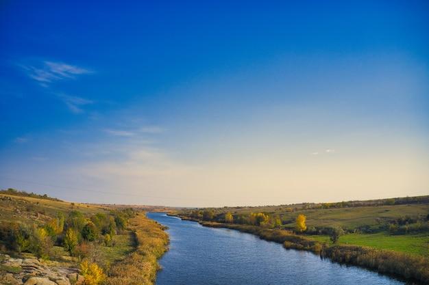 Ручей, текущий среди огромных камней в живописной украине.